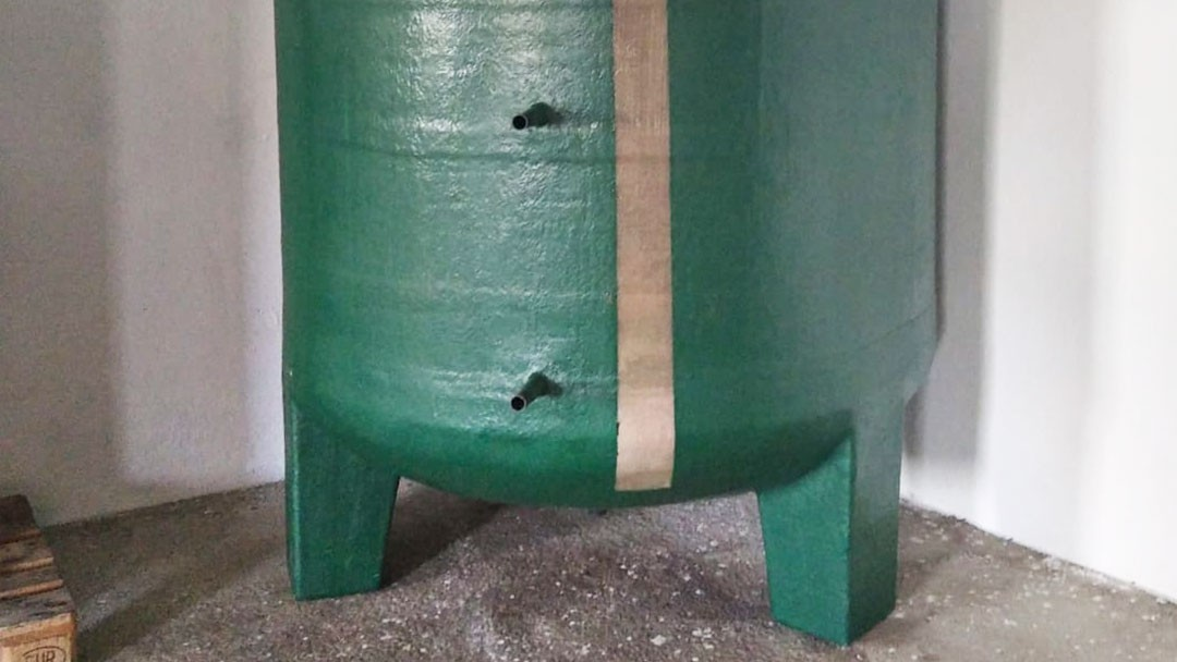 Ventajas de los depósitos con patas de poliéster y patas metálicas